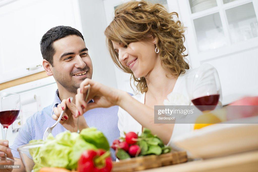 Heureux jeune couple pr parer une salade dans la cuisine - Couple faisant l amour dans la cuisine ...