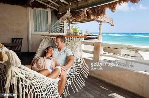 Feliz pareja joven sonriente en cada