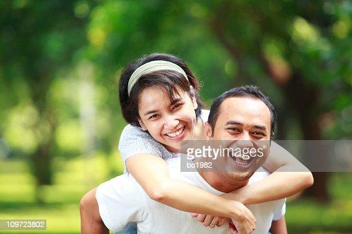Glückliches junges Paar zusammen im Garten