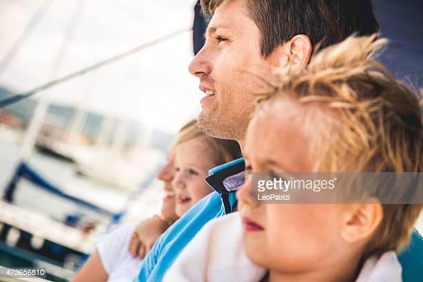 Família jovem feliz e filhos em viagem
