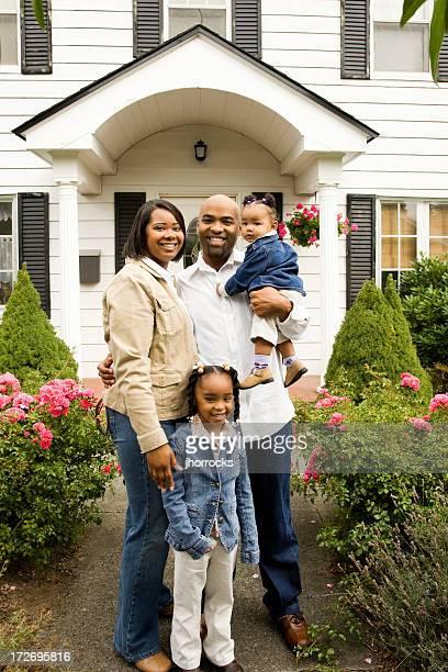 Família jovem feliz em Casa