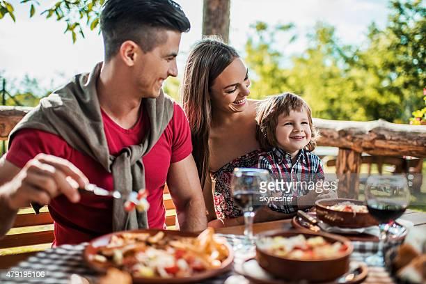 Heureux jeune famille profiter durant votre déjeuner dans un restaurant.