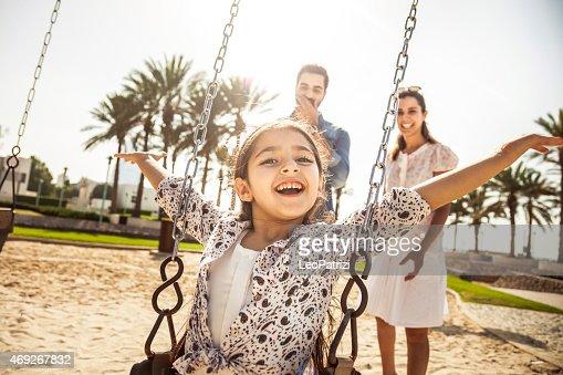 幸せな若い家族でドバイ、アラブ首長国連邦