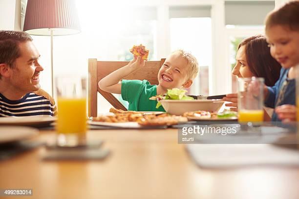 Heureux jeune famille repas