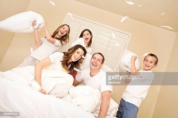 Felice giovane famiglia Lotta con cuscino
