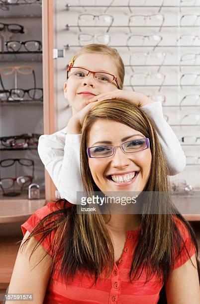 Feliz família jovem vestindo Óculos de novo