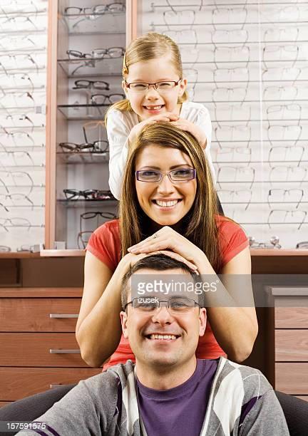Heureux jeune famille avec nouveau lunettes