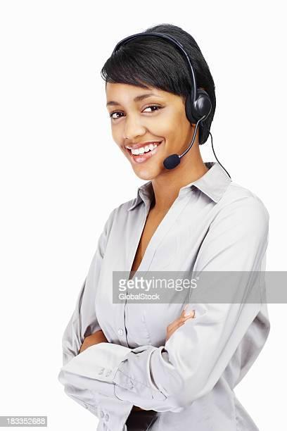 Mujer joven feliz usando auriculares