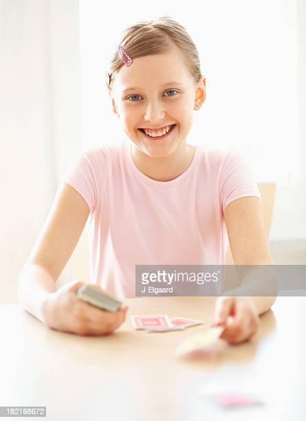 幸せな若いガールディーリングのデッキのカード
