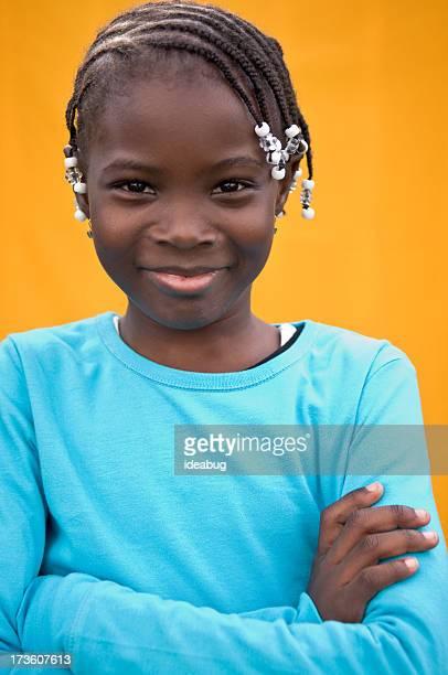 Glückliche junge Mädchen Lächeln auf Orange Hintergrund