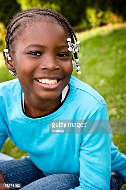 Glückliche junge Mädchen Lächeln im Freien