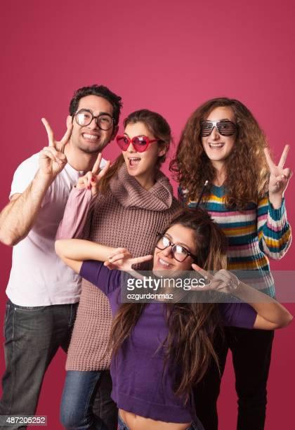 幸せな若い友人の集団