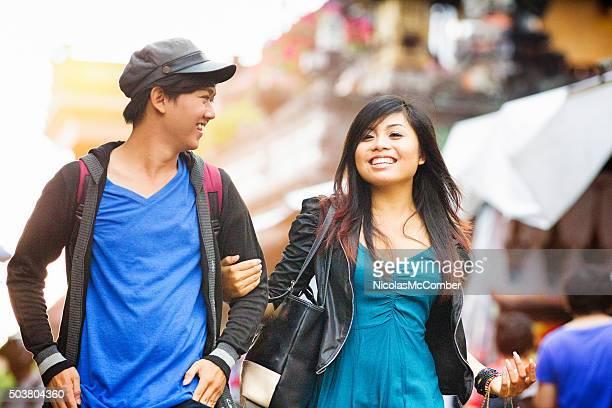 Happy young indonesische Frau zeigt ihre männlichen Freunde Ubud