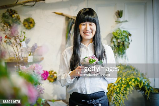 teamwork in japanese japanese women teamwork at a flower shop stock photo getty images