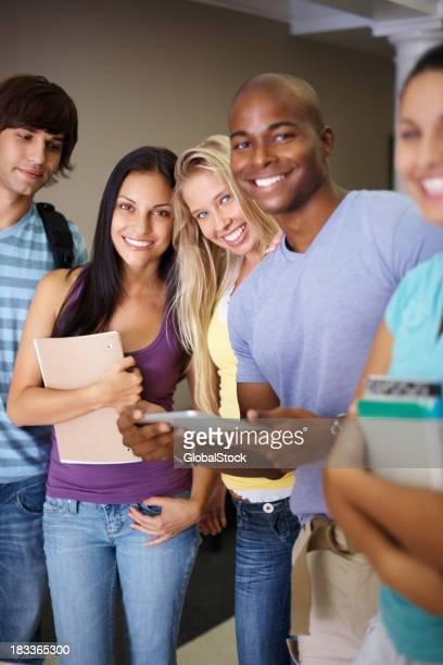 Heureux jeune homme et femme debout ensemble dans campus universitaire