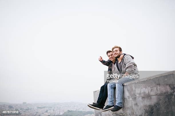 Glückliche junge Männer zeigt entfernt