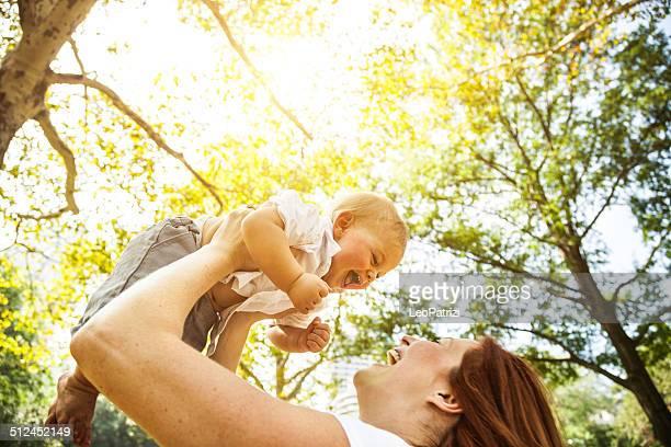Heureuse jeune mère et son bébé