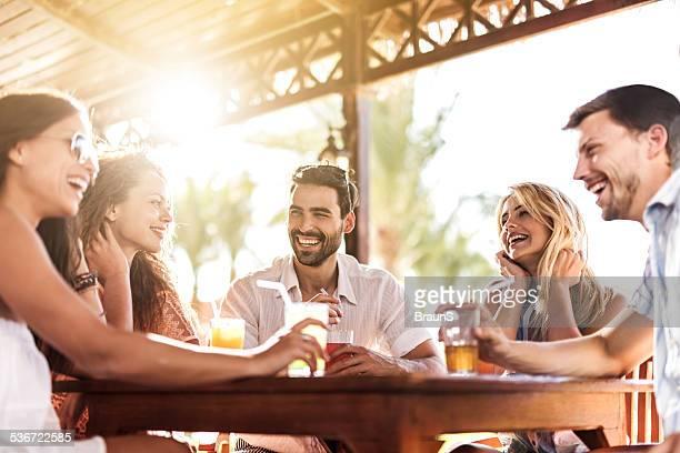 Glückliche junge Menschen haben Spaß an der bar.