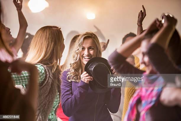 Heureux jeunes s'amuser à la discothèque.