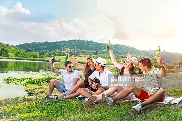 Glücklich junge Leute, die Feiern im Freien