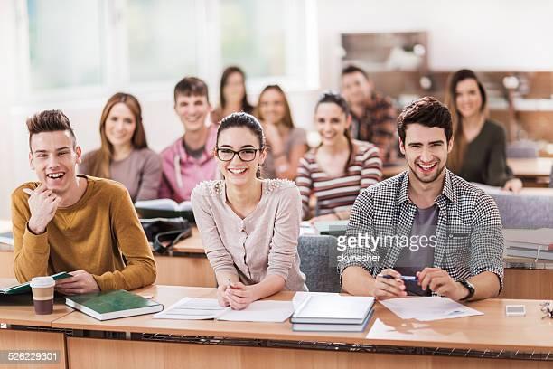 Heureux jeunes dans la salle de classe.