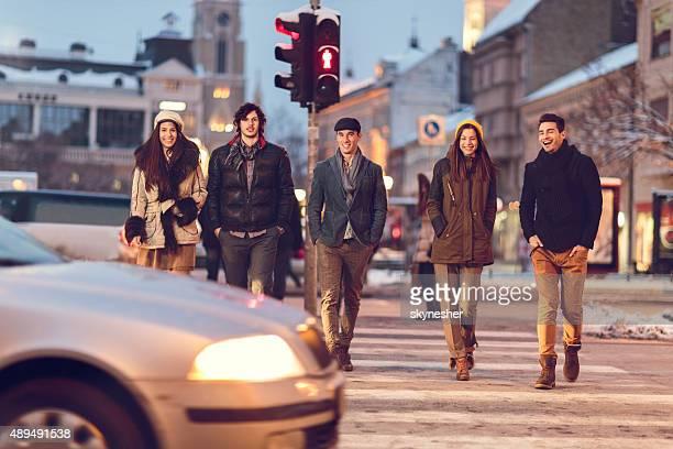 Glückliche junge Menschen auf der Straße läufst.