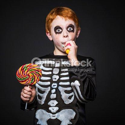 Jeune garçon avec coupe de cheveux rouge costume de skeleton. Halloween    Photo 82d85d62d23