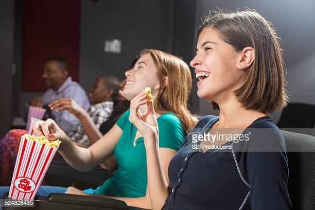 Felice giovani adolescenti di ridere a film nel cinema film