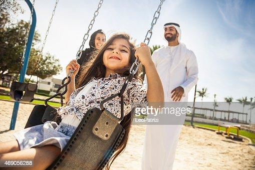 幸せな若い家族の伝統的なドバイ、アラブ首長国連邦
