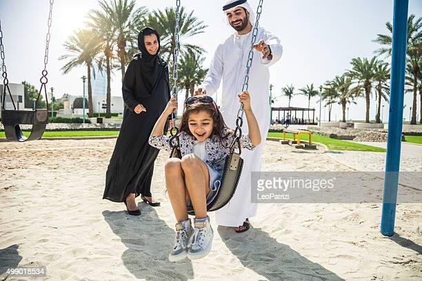 Felice giovane famiglia tradizionale a Dubai, Emirati Arabi Uniti