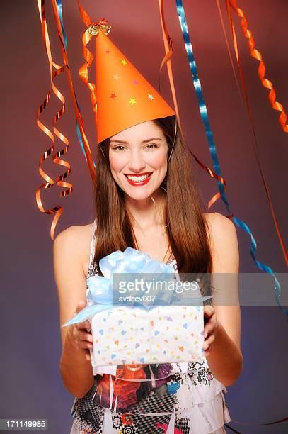 Heureux jeune femme tenant le présent