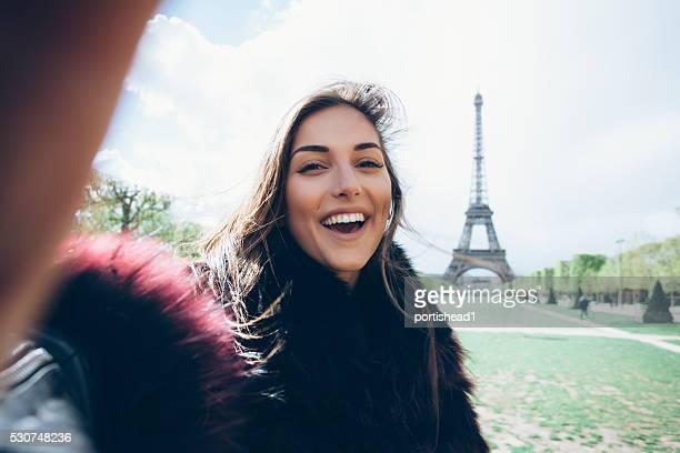 Heureuse jeune femme faisant des autophotos