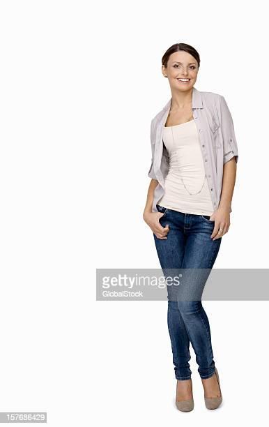 Glückliche junge Frau posieren gegen weiße Hintergrund mit copyspace
