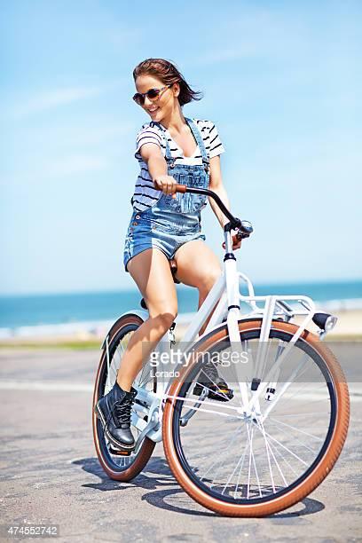 Glückliche junge Frau Reiten Fahrrad in der Nähe der Nordsee
