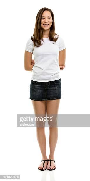 立っている幸せな若い女性のポートレイト