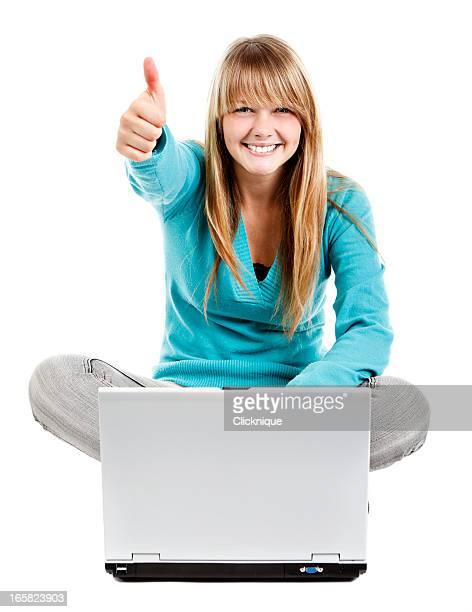 Mujer feliz con la computadora portátil