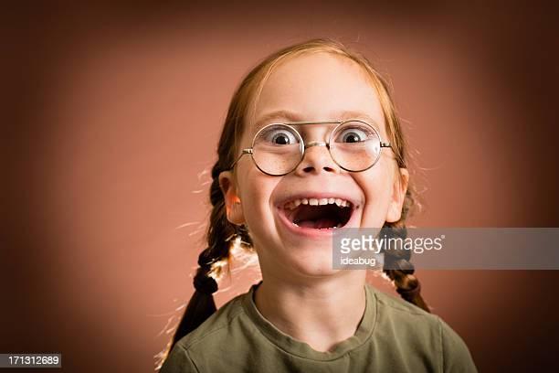 Glücklich und aufgeregt kleines Mädchen trägt naiv Gläser