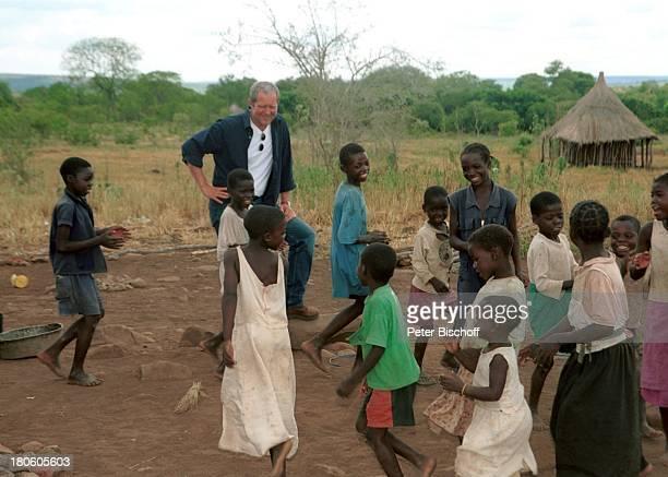 Harald Krassnitzer einheimische Kinder neben den Dreharbeiten zur ZDFReihe 'Traumschiff' Folge 44 'Sambia Viktoriafälle' Dorf Songwe/Zambia/Afrika...