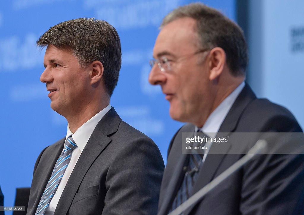Harald Krueger Vorstand Technik und Entwicklung der BMW Group sitzt neben Norbert Reithofer Vorstandsvorsitzender der BMW Group waehrend der...