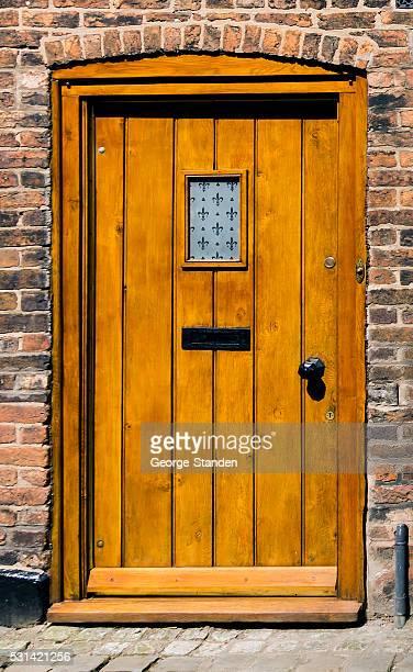 Porte en bois sur le devant.