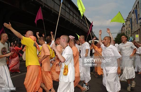 HareKrishnaBewegung Hare Krishna Anhänger demonstrieren in Berlin
