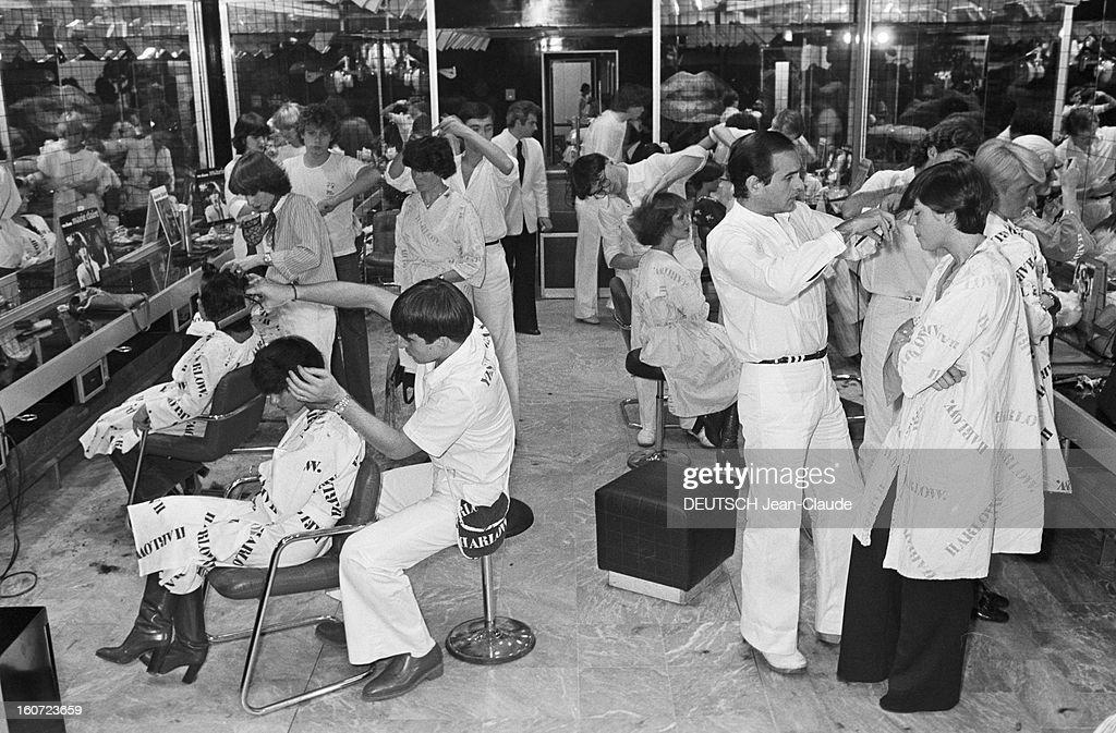 Harlow, Hair Saloon, Paris. A Paris, rue du Ranelagh, au salon de coiffure HARLOW, tenu par Daniel et Rudy HARLOW, les coiffeurs coupant les cheveux de leurs clientes, assises ou debout, en peignoirs siglés HARLOW.
