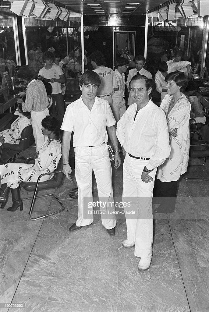 Harlow, Hair Saloon, Paris. A Paris, rue du Ranelagh, au salon de coiffure HARLOW, posant de droite à gauche, les coiffeurs Daniel et Rudy HARLOW, propriétaires du salon, vêtus de blanc, les clientes en arrière-plan.