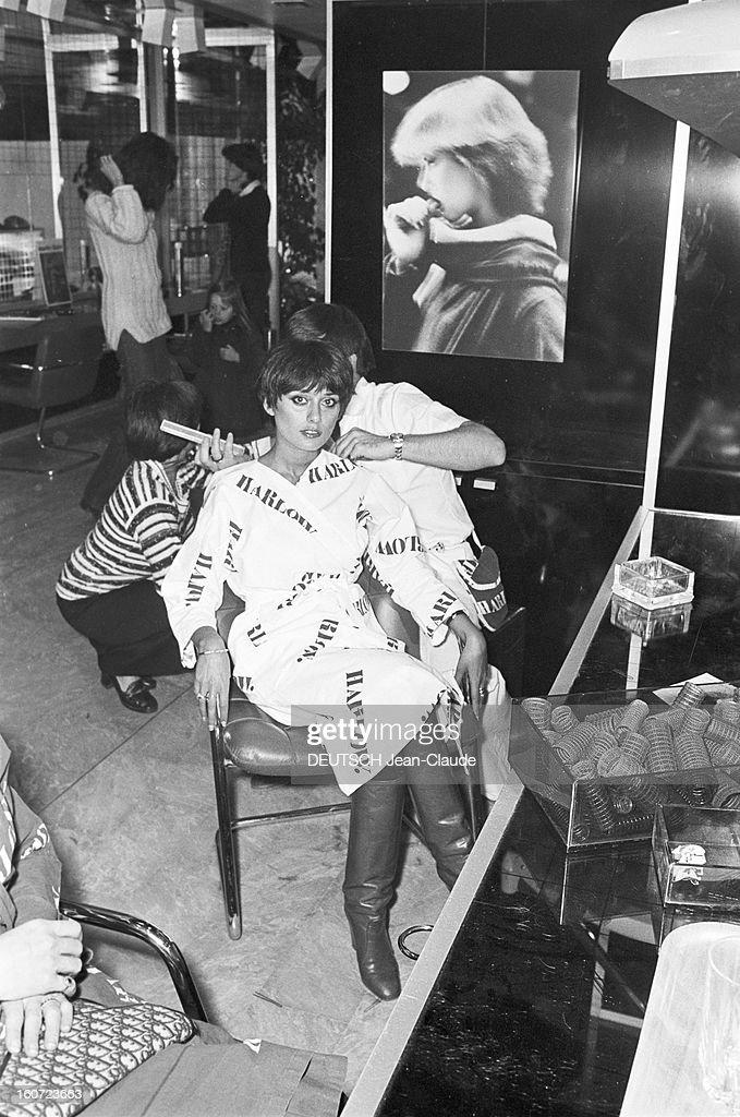 Harlow, Hair Saloon, Paris. A Paris, rue du Ranelagh, au salon de coiffure HARLOW, tenu par Daniel et Rudy HARLOW, Daniel HARLOW, faisant une 'coupe sauvage' à la comédienne Marie-Hélène BREILLAT, vêtue d'un peignoir siglé HARLOW. .