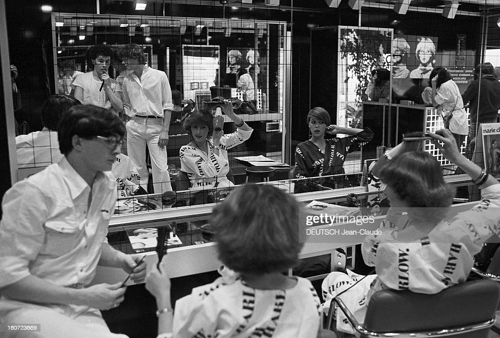Harlow, Hair Saloon, Paris. A Paris, rue du Ranelagh, au salon de coiffure HARLOW, tenu par Daniel et Rudy HARLOW, des clientes, vêtues de peignoirs siglés HARLOW, assises devant un miroir, conseillées par un coiffeur leur apprenant à se coiffer elles-mêmes.