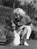 Harlow Jean * Schauspielerin USA Ganzkoerperaufnahme mit ihrem Hund 1933