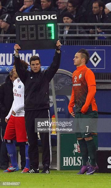 Harm Osmers hebt die Anzeigetafel waehrend des Bundesligaspiels zwischen dem Hamburger SV und Werder Bremem in der Imtech Arena am 18Februar 2012 in...