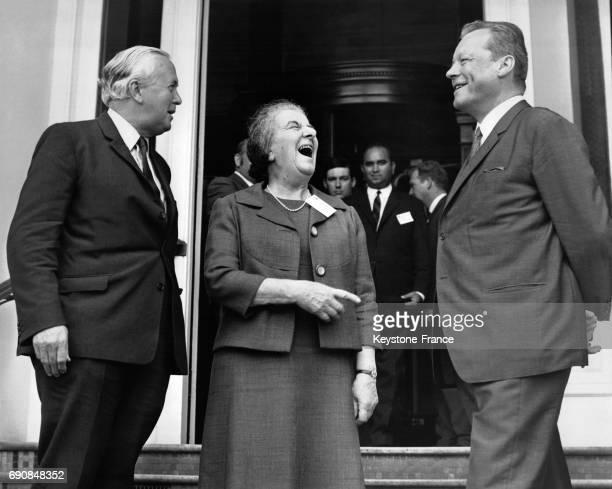 Harold Wilson le Premier ministre israélien Golda Meir et Willy Brandt rigolant sur le perron de l'hôtel Cavendish pendant la pause déjeuner à...