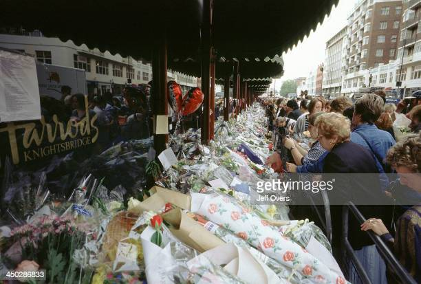 Harrods flowers laid for Diana Princess of Wales and Dodi Fayed People reading the many tributes left in memory of the above at the London store in...