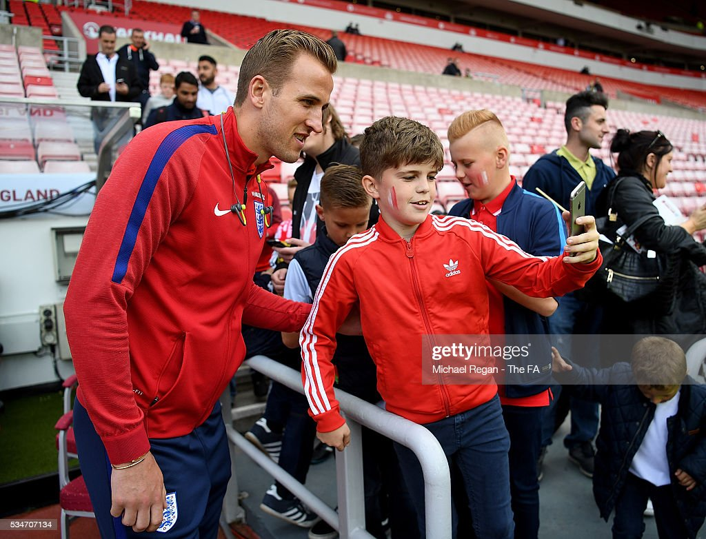 <a gi-track='captionPersonalityLinkClicked' href=/galleries/search?phrase=Harry+Kane+-+Soccer+Player&family=editorial&specificpeople=13636610 ng-click='$event.stopPropagation()'>Harry Kane</a> of England poses for pictures with fans ahead of the International Friendly match between England and Australia at Stadium of Light on May 27, 2016 in Sunderland, England.